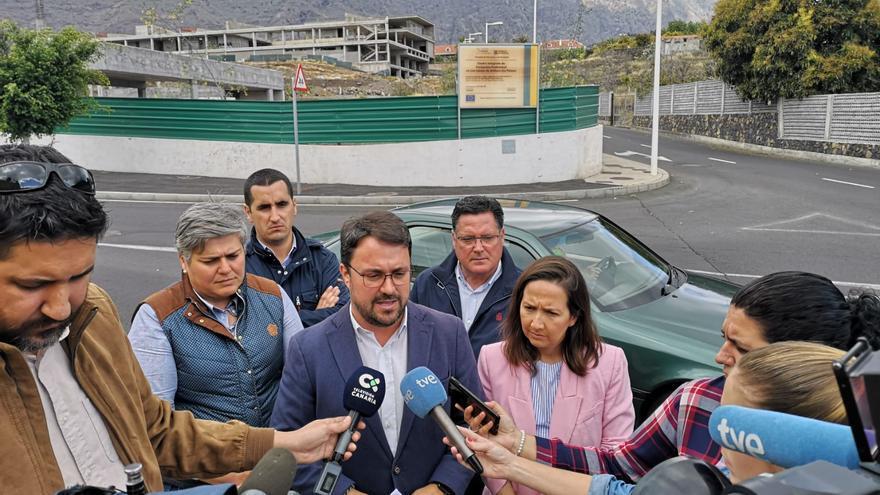 Asier Antonio, y otros dirigentes del PP,  atendiendo a los medios de comunicación tras la visita a las obras del Centro Integrado de Formación Profesional de La Palma en Los Llanos de Aridane.