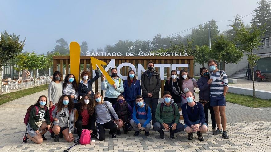 Los jóvenes participantes en el programa 'Xacobeo Joven 2021' con el director gerente del Instituto Navarro de la Juventud, Carlos Amatriain
