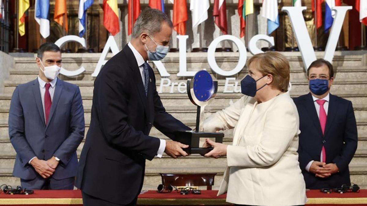El rey Felipe VI entrega el galardón a la canciller Angela Merkel.