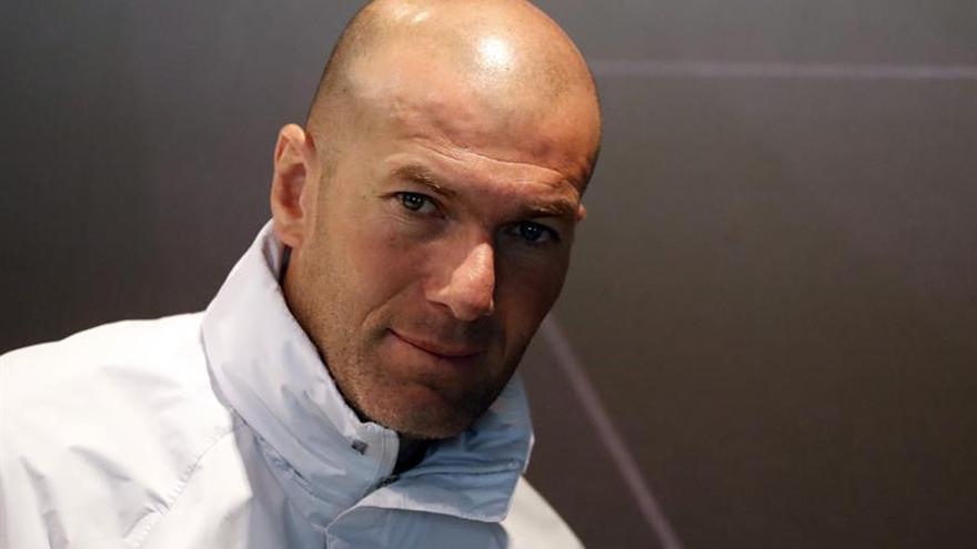 El entrenador del Real Madrid, Zinedine Zidane, durante la rueda de prensa ofrecida tras el entrenamiento que ha realizado la plantilla en Valdebebas para preparar el partido de la 25ª jornada de LaLiga Santander 2016/2017, que disputarán contra la U.D. Las Palmas en el Santiago Bernabéu. EFE/Javier Lizón