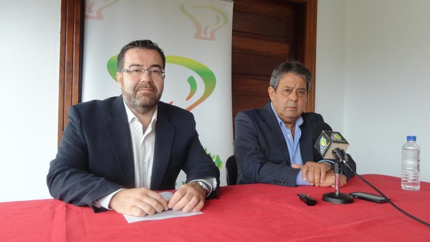 Ángel Alonso de Paz, primer teniente de alcalde  (izquierda), y Blas Bravo Pérez, alcalde de Breña Alta.