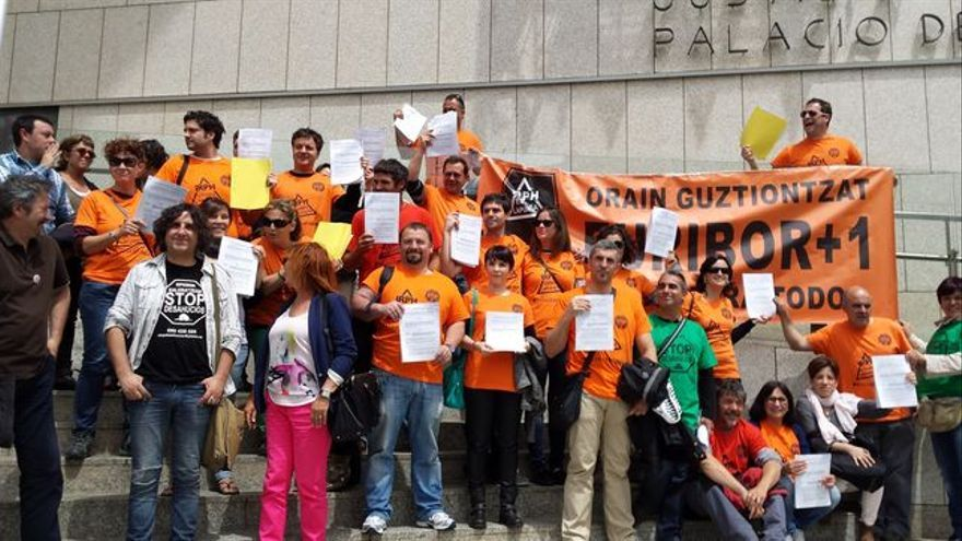 Afectados por el IRPH durante una protesta frente a los juzgados de San Sebastián.