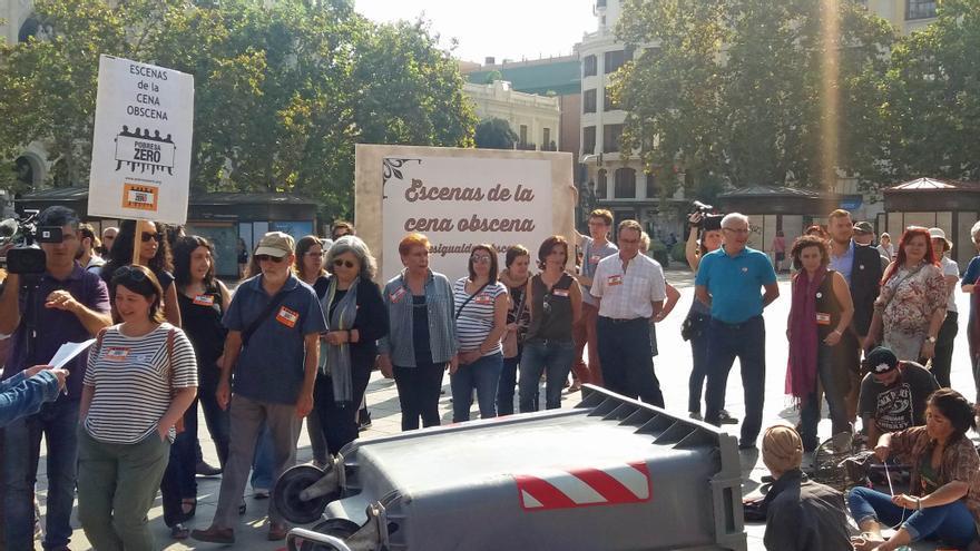"""Pobresa Zero denuncia la """"desigualdad obscena"""" con una falla viviente en la Plaza del Ayuntamiento"""