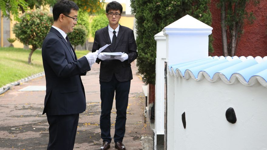 Ceremonia de traslado de marinos coreanos enterrados en el cementerio de San Lázaro (Alejandro Ramos)