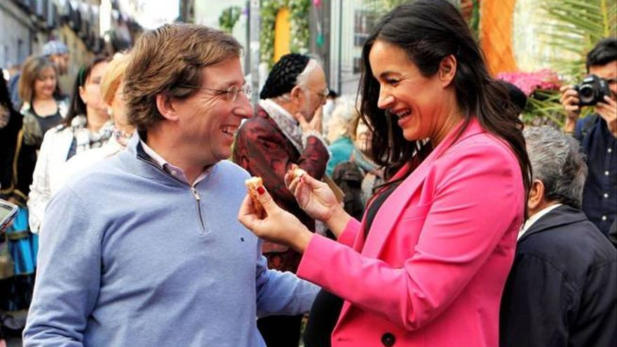 El candidato del PP, José Luis Martínez Almeida, y Begoña Villacís.