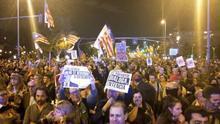 Felipe VI preside el acto de los premios Princesa de Girona mientras miles de personas protestan en la calle