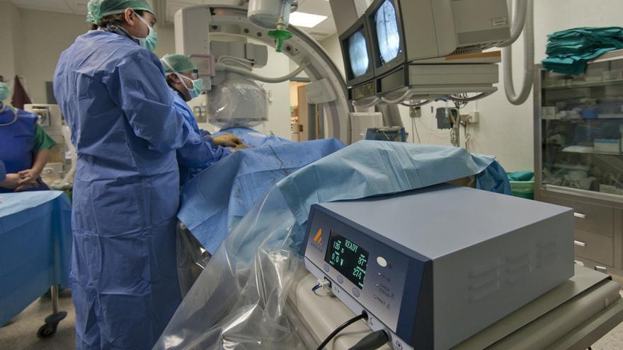 Profesionales del Hospital Virgen del Rocío de Sevilla aplican un dispositivo de radiofrecuencia intraarterial para tratar la hipertensión