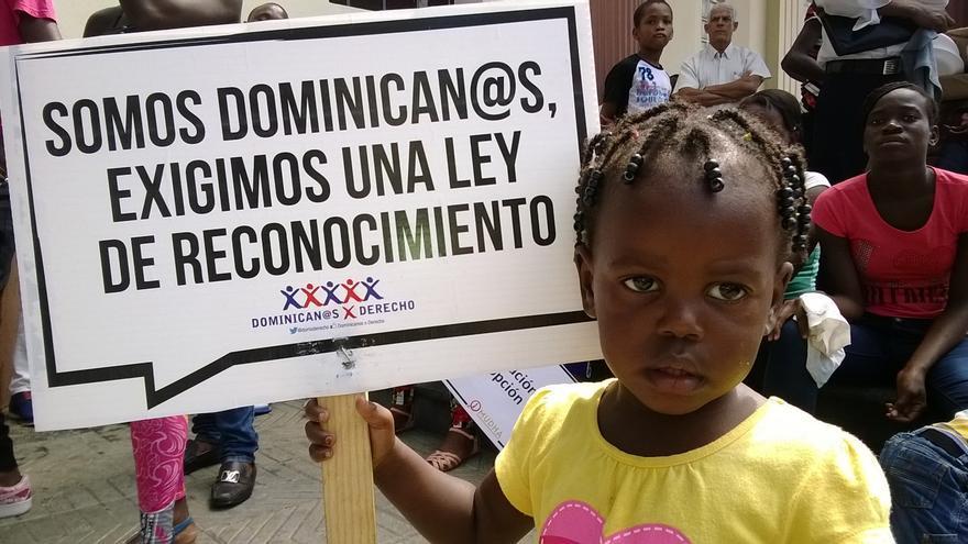 Hijos de dónde. Una niña porta una pancarta del movimiento 'Dominican@s por Derecho', que ha alertado sobre el riesgo de que la apatridia en la República Dominicana se convierta en un drama hereditario/ ©MUDHA