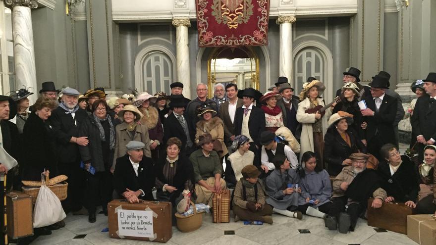 Los participantes en la protesta de Teruel Existe en el Ayuntamiento de Valencia con el alcalde Joan Ribó.