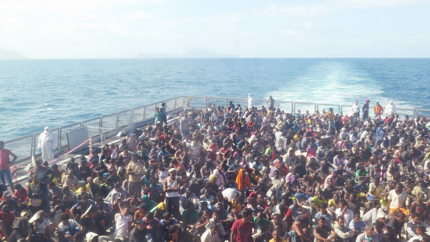 Buque de la Armada italiano Virginio Fasan realizando actividades de búsqueda y rescate en el Mediterráneo © AI