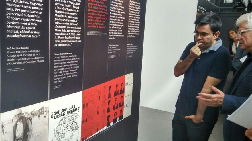 El teniente de alcaldía, Gerardo Pisarello observa una imagen del filósofo Paco Fernadez Buey, represaliado en el Sahara