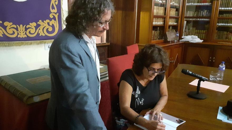 Firma de ejemplares de Nieves Rodríguez.