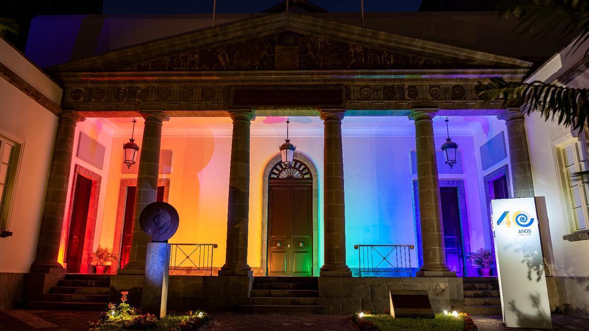Parlamento de Canarias iluminado con los colores del arcoíris.