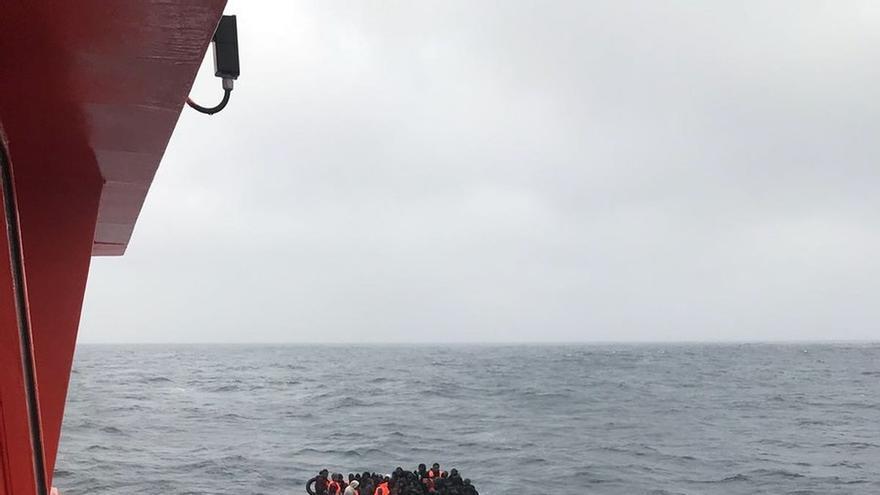 Imagen de archivo de una patera en el Mar de Alborán.
