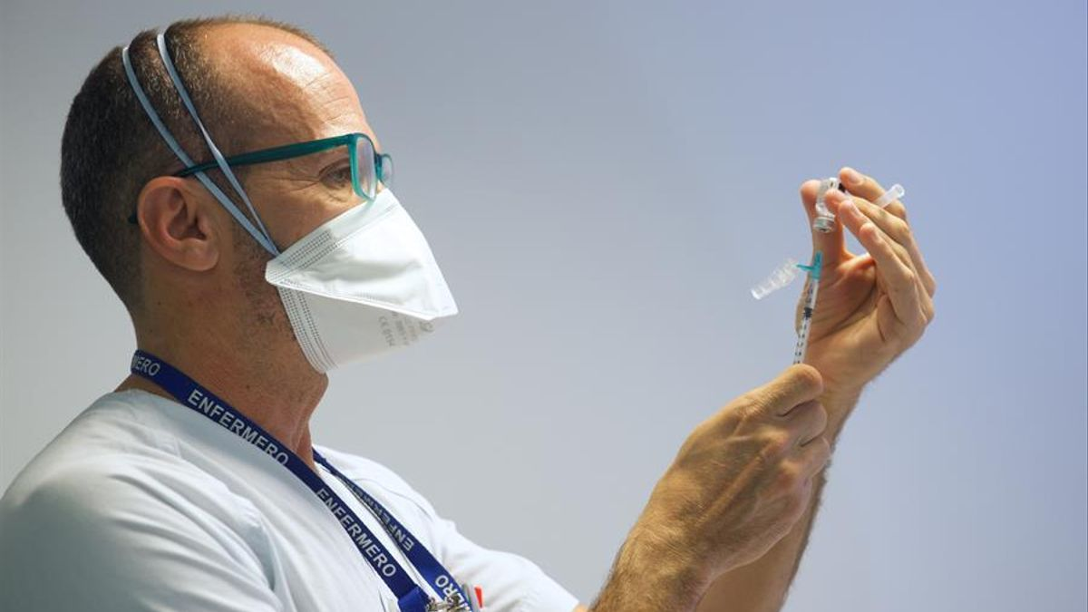 Enfermero prepara una dosis de vacuna contra la COVID-19.