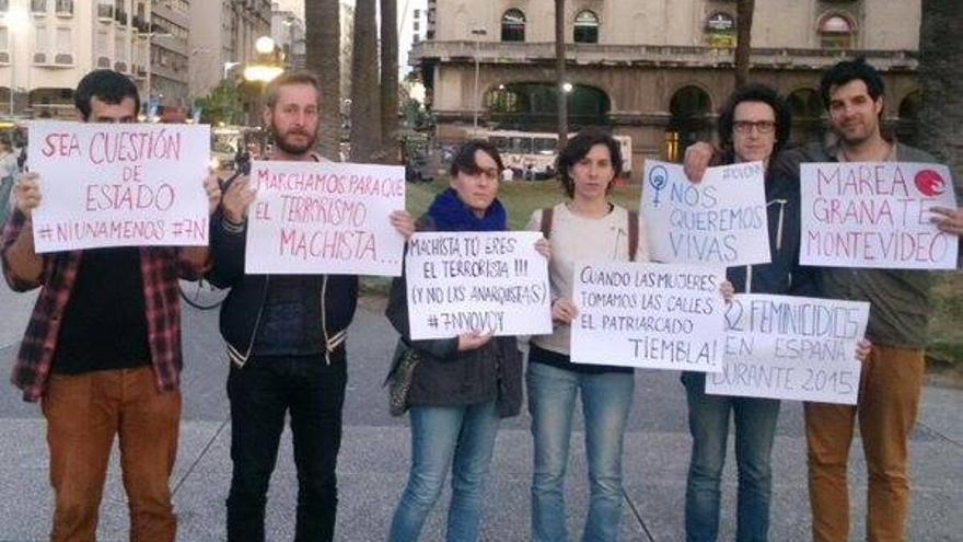 También en Montevideo un grupo de personas salió a la calle para solidarizarse con el #7N. / Marea Granate