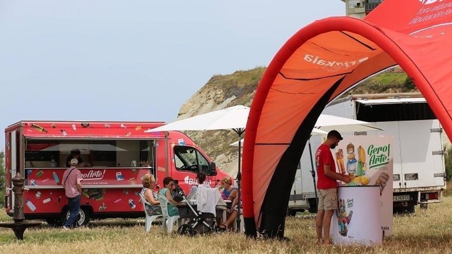 La carpa de la campaña 'Gero Arte' que promueve el reciclaje ha pasado ya por 20 playas de Bizkaia