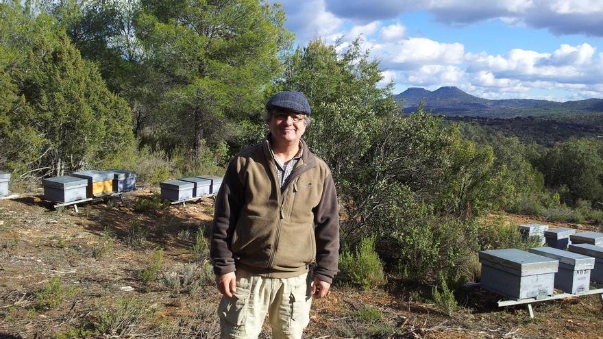 Javier Marigil junto a sus colmenas