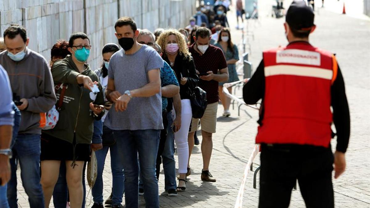 Larga cola para vacunarse contra el Covid 19 en la Ciudad de la Cultura en Santiago de Compostela, este domingo.
