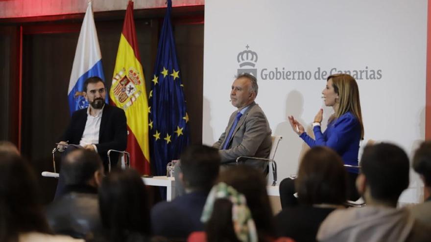 El periodista Ignacio Escolar, el presidente de Canarias Ángel Víctor Torres y la periodista Pilar Romeu.