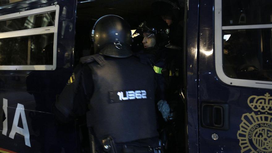 Los agentes introducen al bombero en un vehículo policial / Olmo Calvo