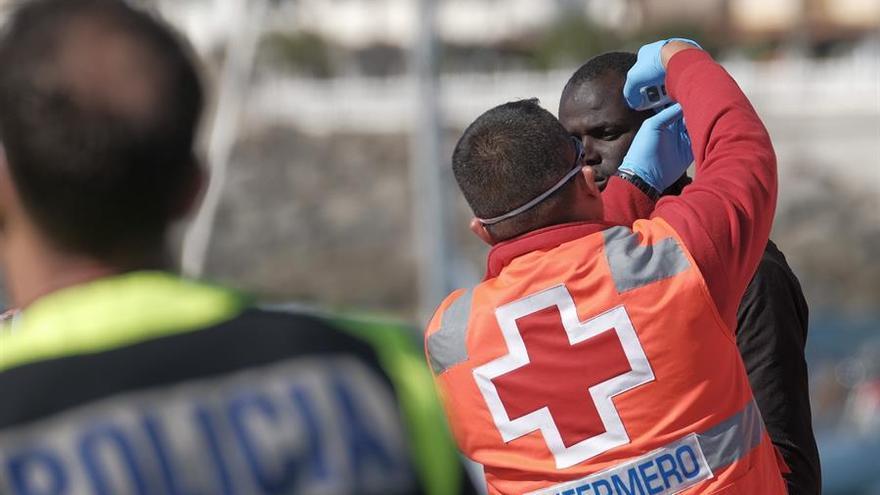 Personal de Cruz Roja atiende a una de las personas rescatadas por Salvamento Marítimo en el Muelle de Aguineguín el pasado 21 de marzo.