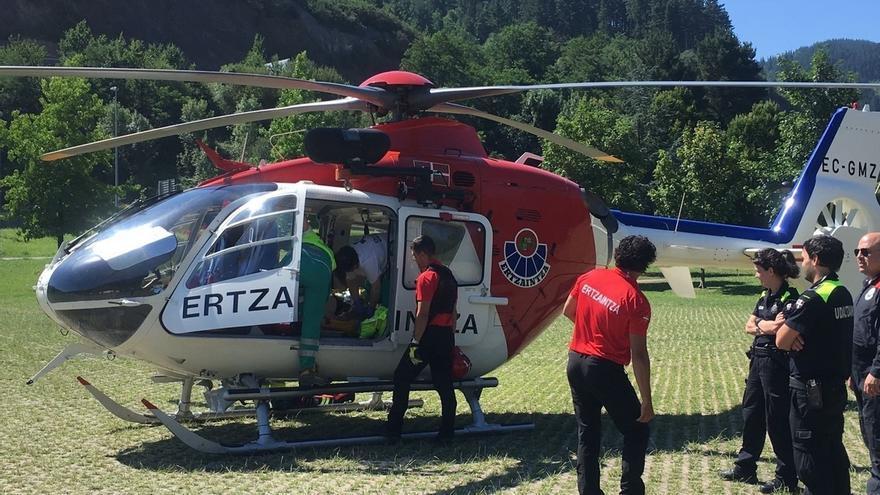 Rescatado en helicóptero un motorista accidentado en una pista forestal en la zona de Kanpazar