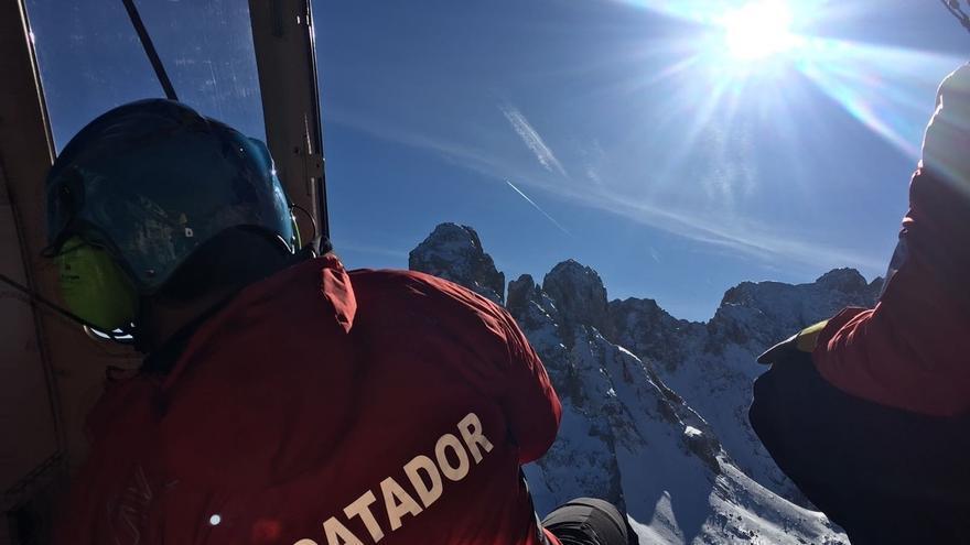 Helicóptero Cantabria evacua en peña Castil (Asturias) a un alpinista afectado por la muerte de un compañero