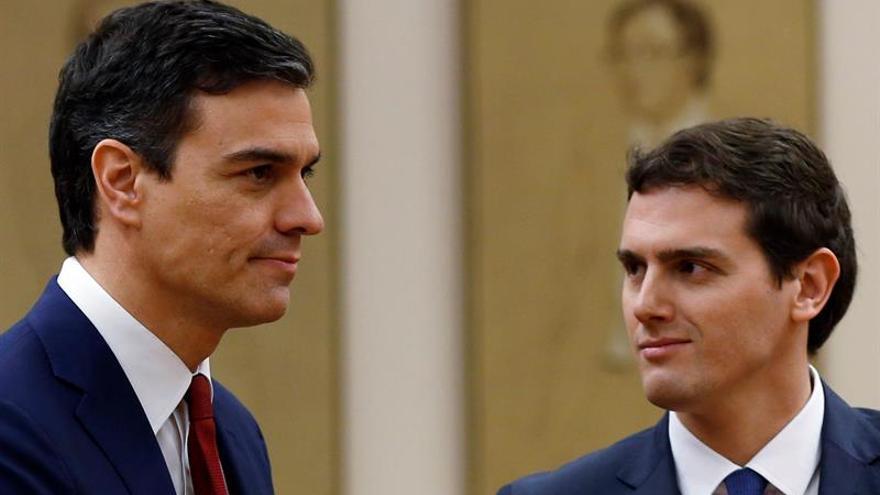 Sánchez y Rivera sellan un pacto de gobierno que levanta de la mesa a Podemos