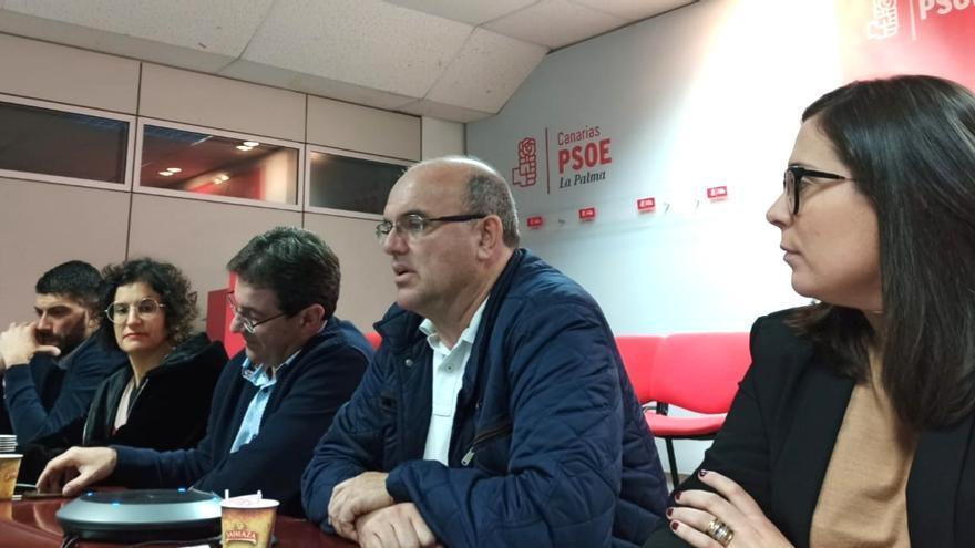 Anselmo Pestana (c), secretario general del PSOE en La Palma, durante la reunión de la Ejecutiva insular del partido.