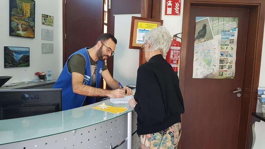 Una turista es atendida en una de las oficinas de información del CIT Tedote.