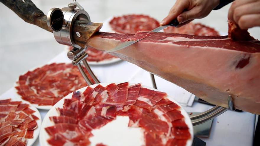 Cumbres Mayores (Huelva) logra la ración de jamón ibérico más grande del mundo