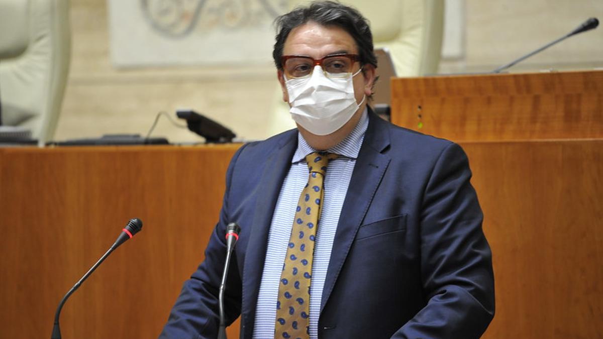 El vicepresidente segundo y consejero de Sanidad y Servicios Sociales, José María Vergeles, en la Asamblea de Extremadura.