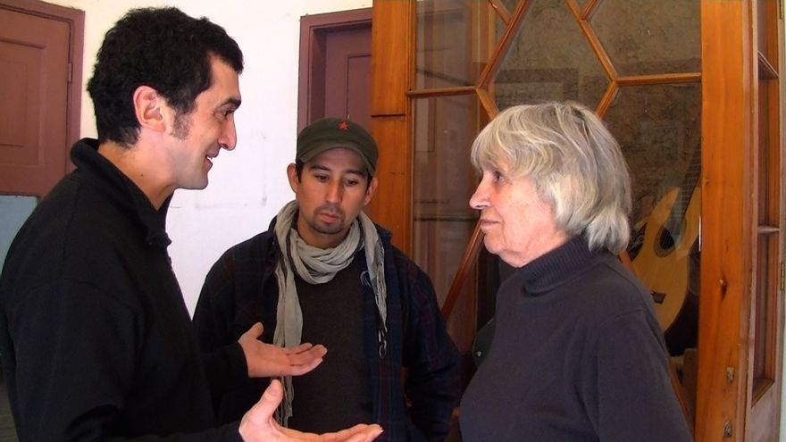 Feliu Ventura parlant amb la vídua de Víctor Jara, la Joan. / EVA ALIMÓN
