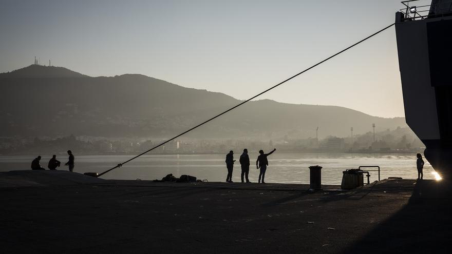 El puerto de Mitilene, Lesbos, con refugiados haciéndose fotos mientras esperan la llegada de un ferry que les lleve a Atenas / Foto: Olmo Calvo