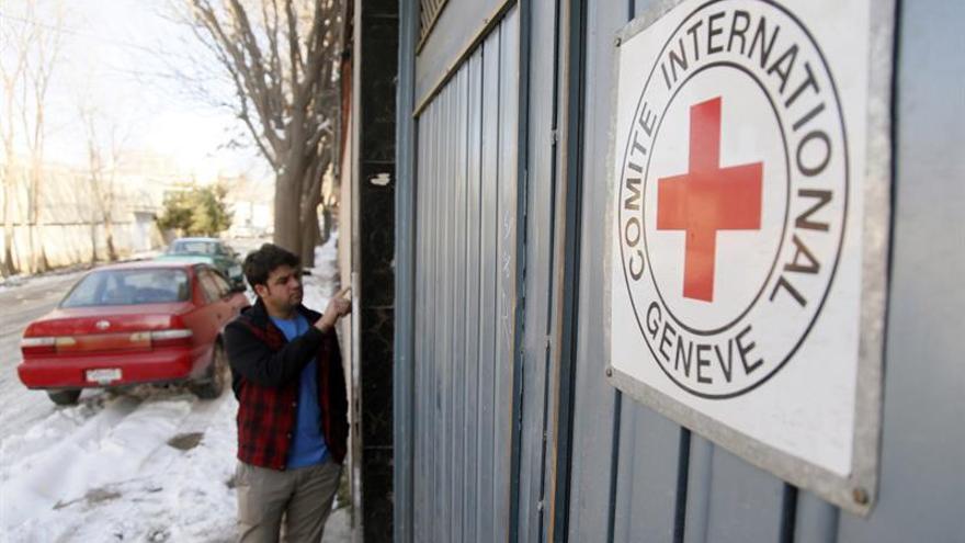 Un hombre permanece ante la entrada de una oficina del Comité Internacional de la Cruz Roja (CICR) en Kabul, Afganistán.