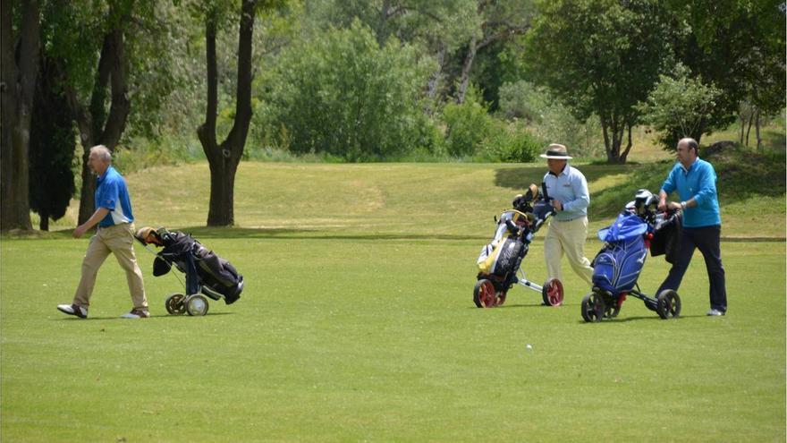 Jugadores compitiendo en el campo de golf de Torrejón durante el torneo Ministerio de Defensa