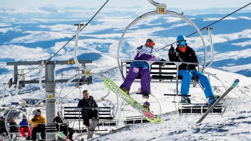 Esquiadores en un remonte.