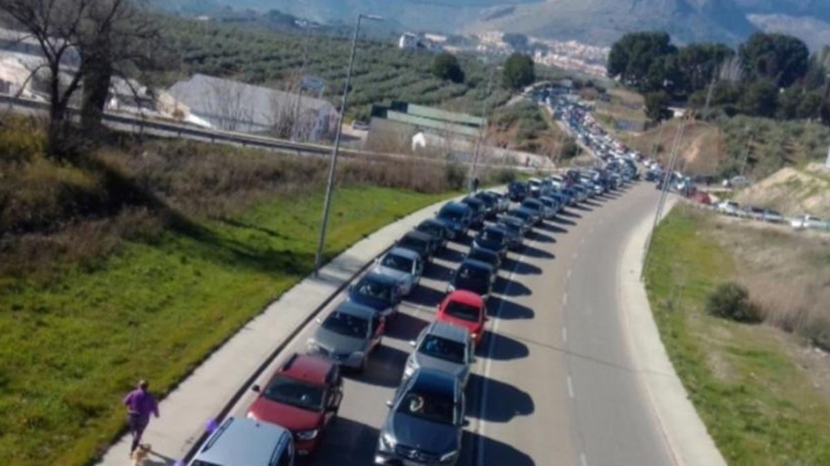 Caravana de coches del pasado 14 de febrero en dirección Despeñaperros, de la plataforma Jaén Merece Más.