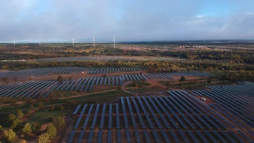 Molinos eólicos y placas fotovoltaicas.