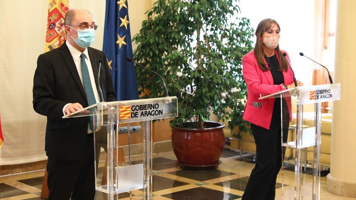 El presidente de Aragón, Javier Lambán, y la consejera de Sanidad, Sira Ripollés, durante el anuncio del confinamiento de las tres capitales
