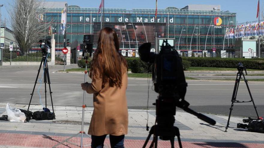 Varios periodistas y cámaras de televisión ante el hospital de emergencia ubicado en la Feria de Madrid (Ifema).
