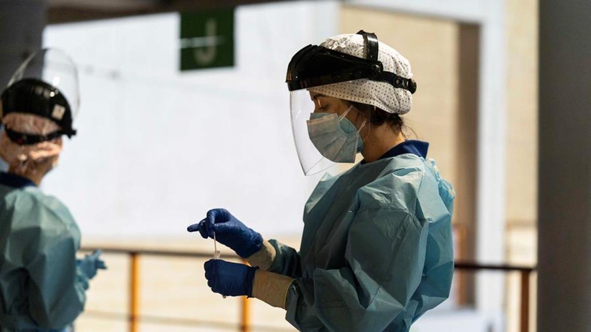 Sanitarios realizan pruebas mediante test de antígenos.