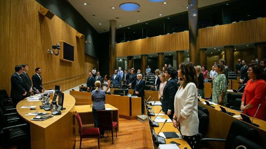 Los diputados de la Comisión para la Reconstrucción Social y Económica guardan un minuto de silencio por los fallecidos por la Covid-19.