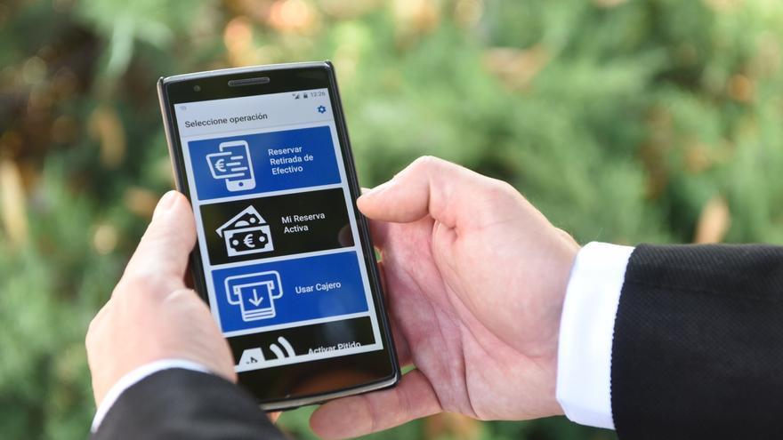 La nueva app de BBVA, destinada a personas ciegas o con alguna discapacidad leve, pone en contacto el móvil del cliente con la red de cajeros de la entidad.