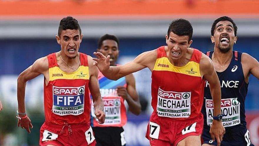 Ilias Fifa (izquierda) en el sprint final de los 5.000 metros lisos del europeo de atletismo en el que quedó campeón   Imagen cedida por Ilias Fifa a eldiario.es