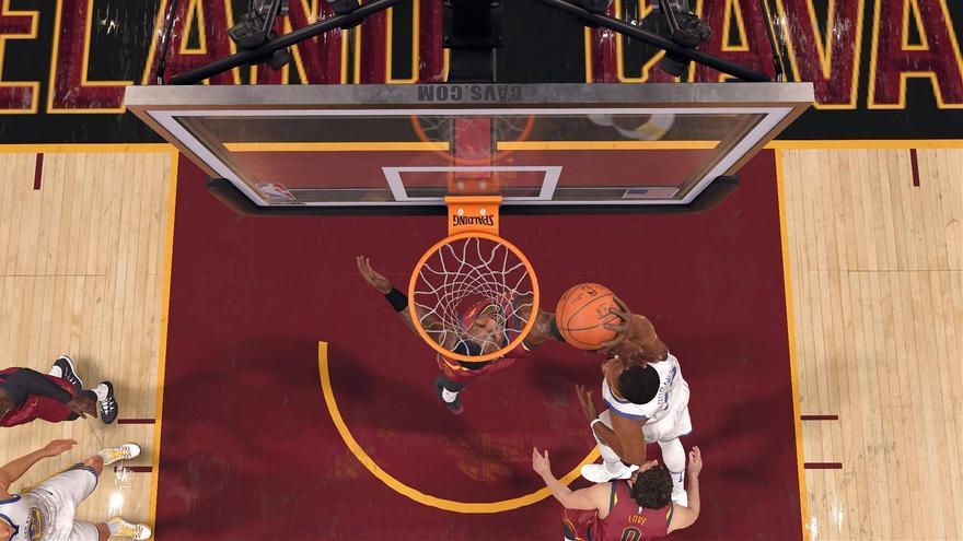 Kevin Durant entrando a canasta en 'NBA Live 18'