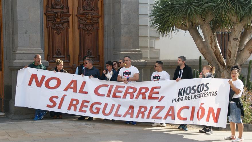 Propietarios y empleados de los quioscos, durante la concentración frente al Ayuntamiento