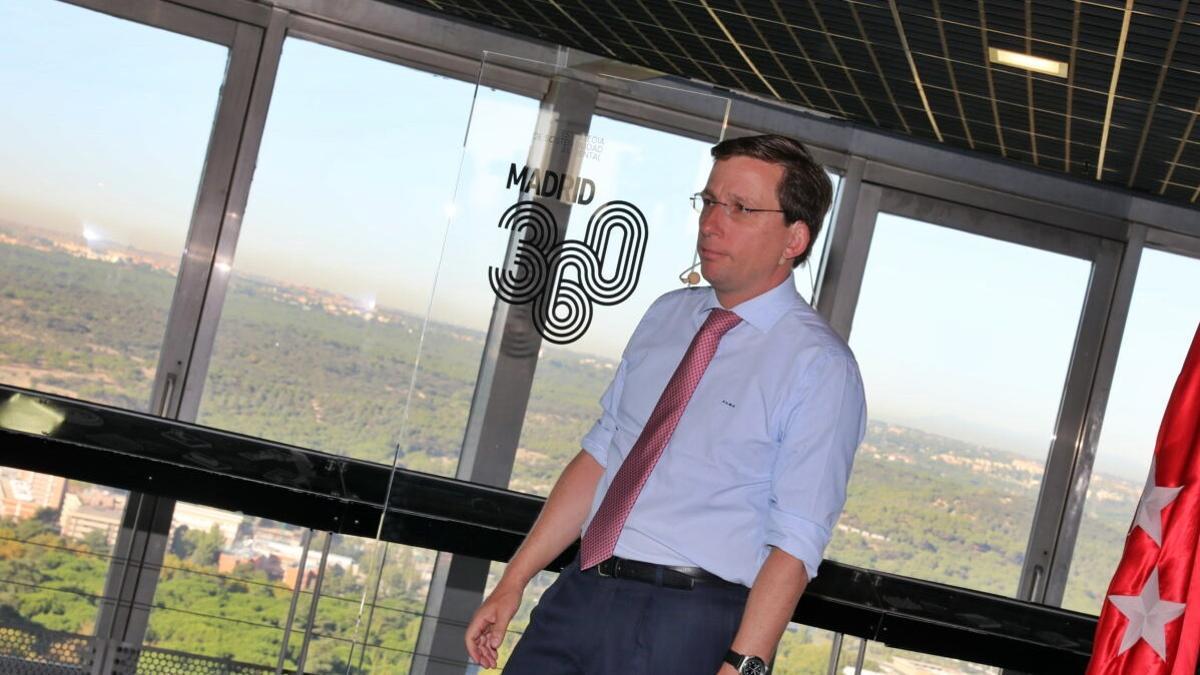 Almeida, durante la presentación de Madrid 360, con la boina de contaminación al fondo | AYUNTAMIENTO DE MADRID