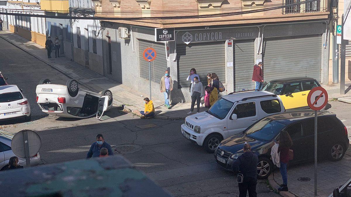 Imagen del turismo volcado tras chocar con otro en un cruce de Huerta de la Reina.